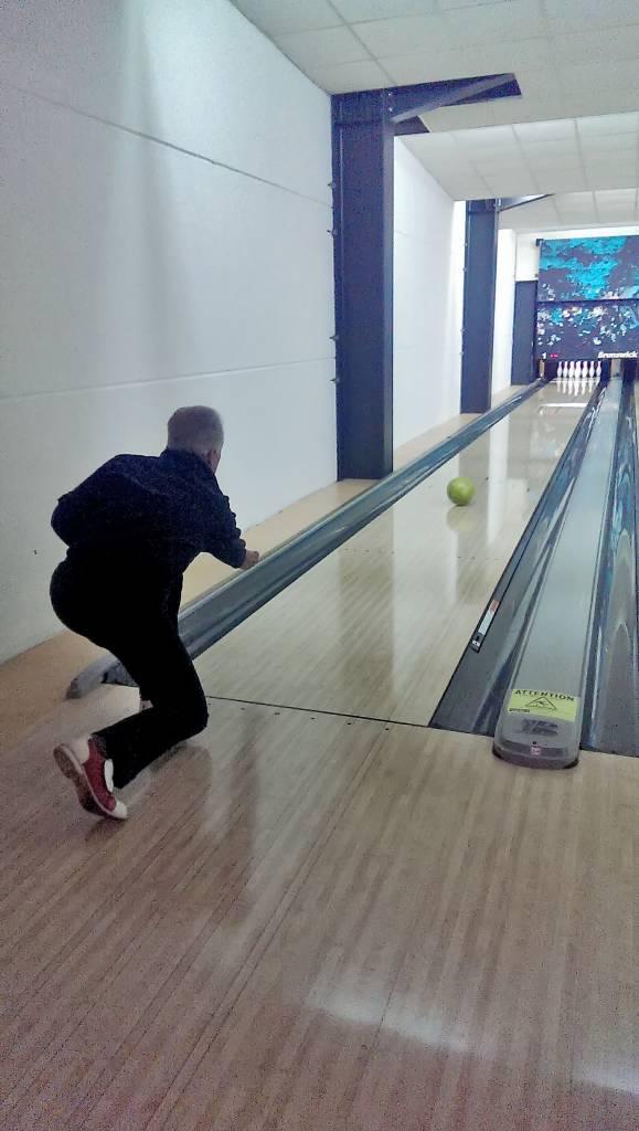 Homme jouant au bowling