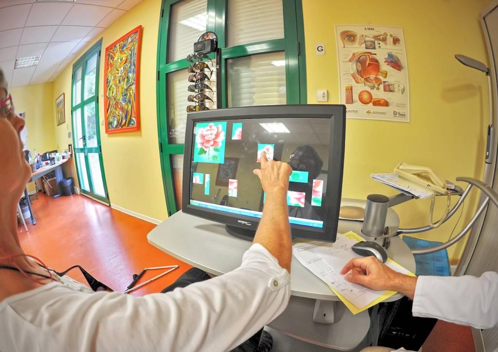Femme pointant du doigt une image sur un écran d'ordinateur