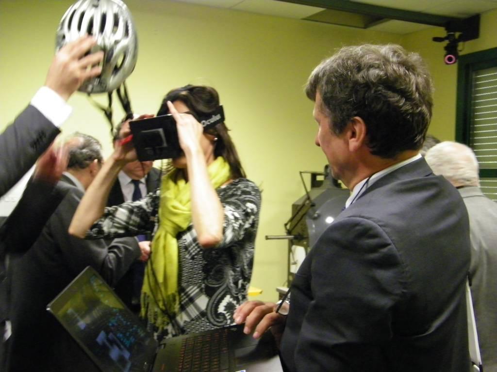 Jeune femme essayant un casque et des lunettes de réalité virtuelle