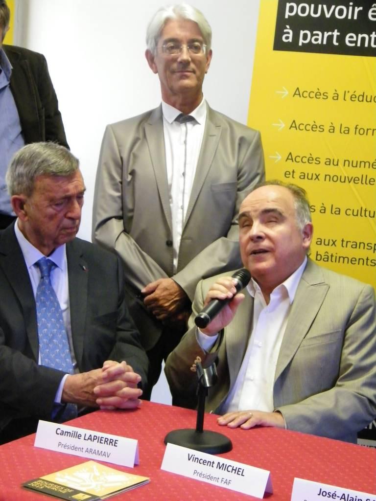Le Président de la FAF et le Président de l'ARAMAV assis côte à cote. Le Médecin chef debout derrière eux.